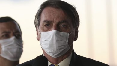 Foto de Bolsonaro sanciona lei que torna obrigatório o uso de máscara